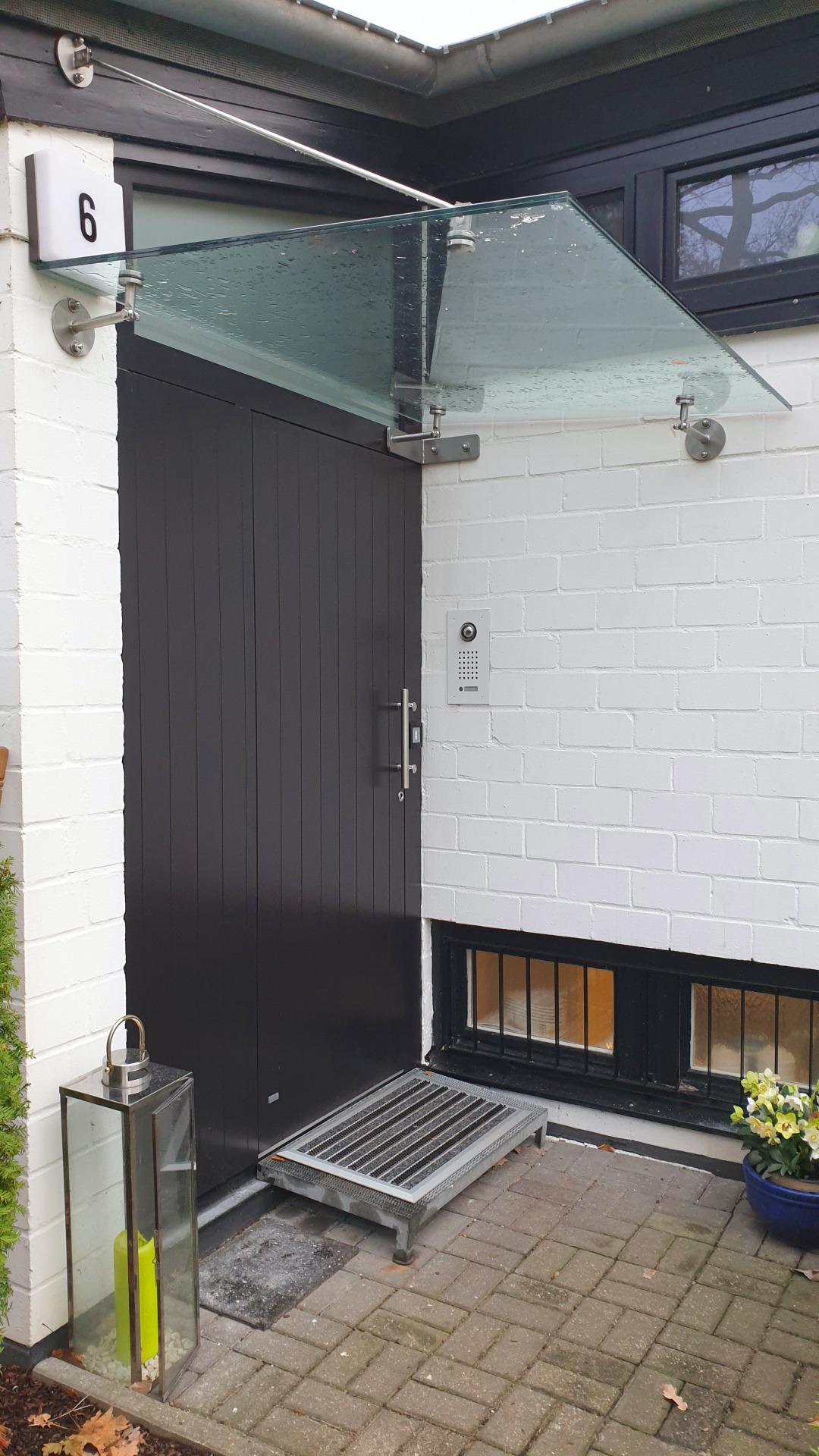 Aluminium Haustür mit Oberlicht und Vordach