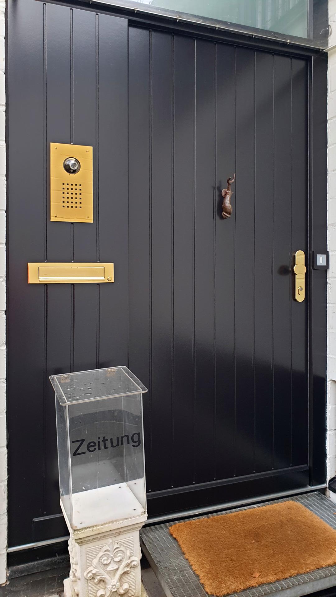 Holz Haustür mit Alarmanlagenschaltung und Design nach Kundenwunsch