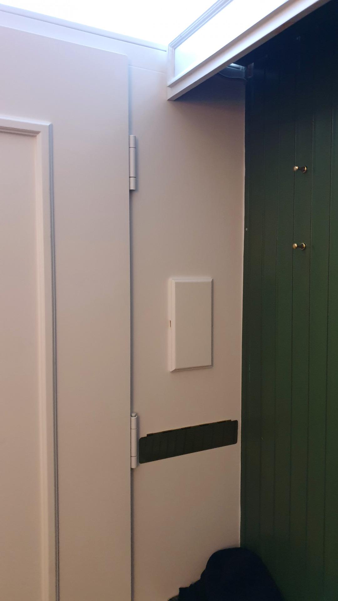 Dekoelemente auf Türinnenseite und nach Maß angepasste Abdeckung der Sprechanlage.
